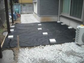 柱コンクリート充填。ウッドデッキ下防草シート