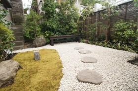 和風の庭の濡れ縁