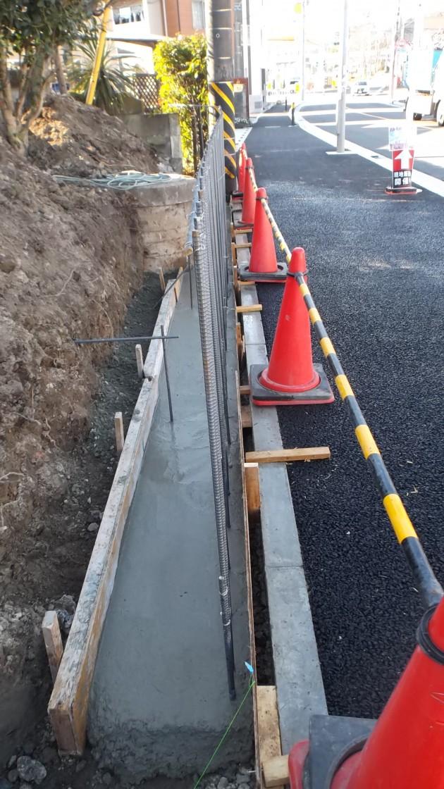 鉄筋の上にコンクリートを流し込む