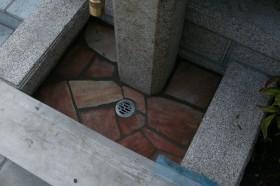 立水栓内部の石張り